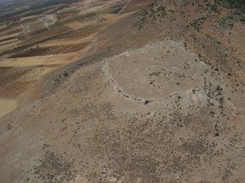 La citadelle de Cyrrhus, vue vers le sud-ouest. Photo Y. Guichard, Mission archéologique de Cyrrhus-Nebi Houri.