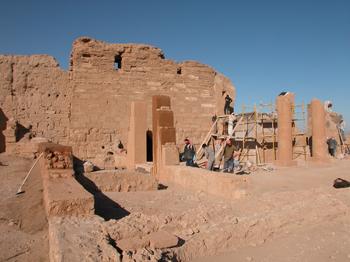 La salle K et le pronaos du temple de Bêl en cours de restauration, vue vers l'ouest. Photo M. Gelin, Mission franco-syrienne de Doura-Europos