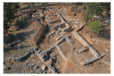 Vue aérienne du secteur sud-est des fouilles de l'Aspis. Cliché K. Xenikakis, 2008 (École française d'Athènes)